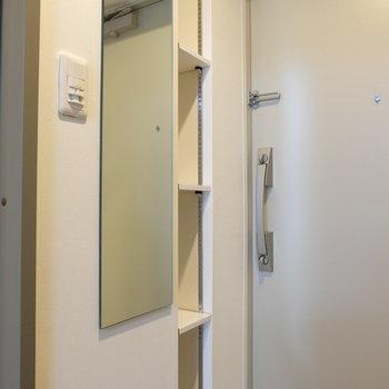 全身鏡と小さな収納!※写真は1階の反転似た間取り別部屋のものです