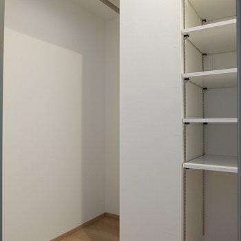 小さなウォークインクローゼット※写真は1階の反転似た間取り別部屋のものです