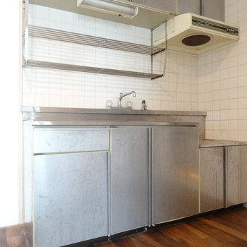 オールステンレスでクールなキッチン。(※写真は清掃前のものです)