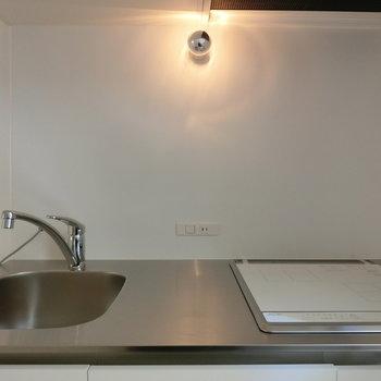 キッチンの上のこの上品な照明 ※写真は同間取りの 01号室です。