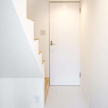 玄関からの景色 ※写真は同間取りの 01号室です。
