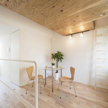 木と白のお部屋。※写真は同間取りの 01号室です。