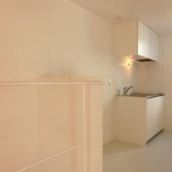 キッチン周りの配置 ※写真は同間取りの 01号室です。