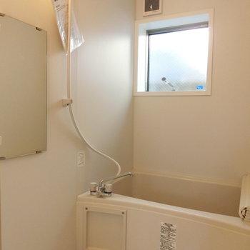 お風呂には正方形の窓が ※写真は同間取りの 01号室です。