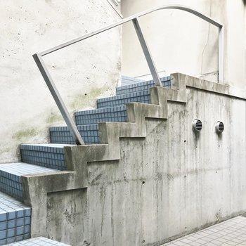 この階段を昇ってお部屋まで