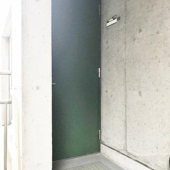 グリーンの玄関扉が渋いっっ