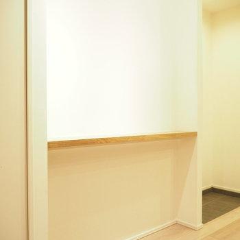 玄関横にはちょっとした棚が。ここにインテリアを。