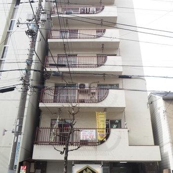 1階はたい焼きやさんのレトロマンション。