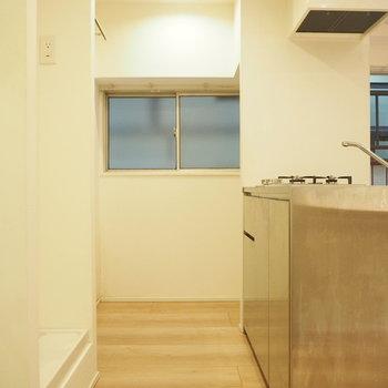 玄関入るとこんな感じ、キッチン奥には冷蔵庫を。左はバルコニーへと。