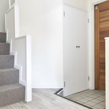 おやっ、階段横にも玄関が