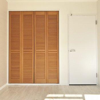 クローゼットは木製扉