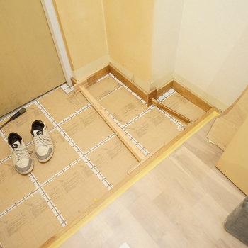 【工事中】玄関も白タイル