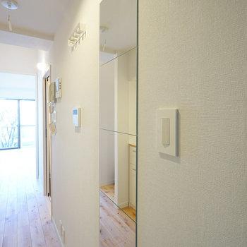 玄関には嬉しい姿見つき。スイッチもおしゃれ。※写真はイメージ