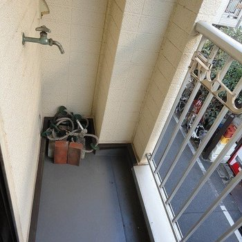 外の蛇口が気になる。洗濯機置き場は室内なのでご安心を。