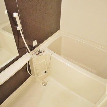 洗顔とかシャンプー置ける棚あり!(※写真は2階の同間取り別部屋のものです)