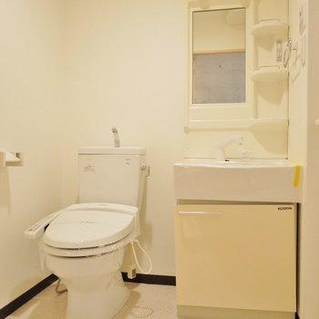 トイレと洗面は一緒の空間。(※写真は2階の同間取り別部屋のものです)