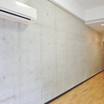 このコンクリートが玄関まで続きます。(※写真は2階の同間取り別部屋のものです)