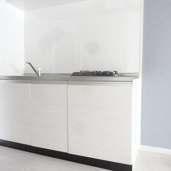 キッチンは白で清潔感たっぷり。