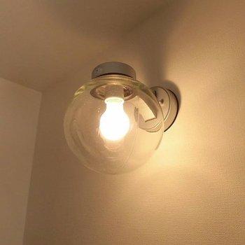 照明可愛いです。※写真は1階の反転間取り別部屋です
