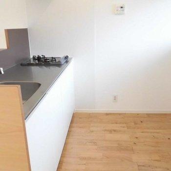 後ろに洗濯機置場と冷蔵庫。※写真は1階の反転間取り別部屋です