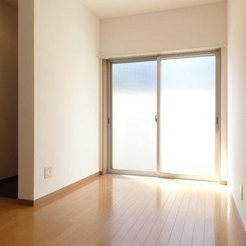LDK】掃き出し窓の向こうは共用部の通路です。