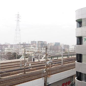 こっちは目の前に建物、横目に電車が通る〜