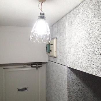 工事用っぽい照明も雰囲気にあってます。
