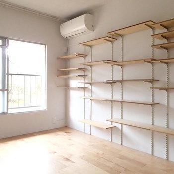可動式の棚がたくさん。いろんな物を飾りましょ。