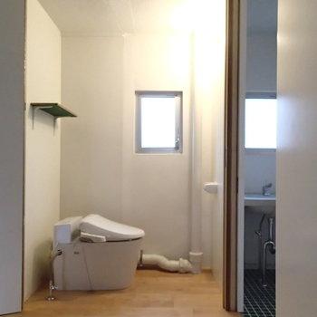 なんとトイレ!おもしろい!こういう不完全っぽさがこのお部屋の良いところ。