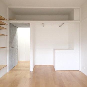 逆側にはオープンタイプの収納が。