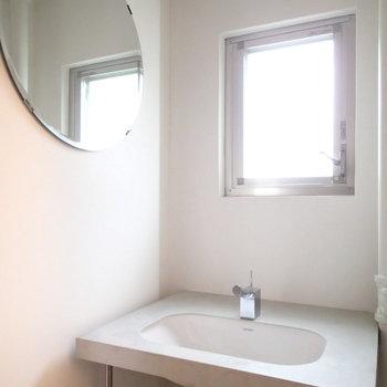 小窓のあるさっぱりした洗面台も良い。