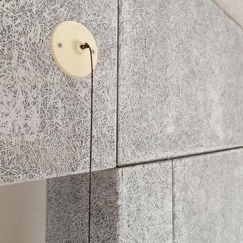 壁の素材はこんな感じ。ちなみにこちら、ダイニングの照明のスイッチです!