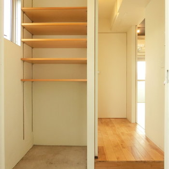 玄関からの眺め。棚に靴を置く感じに