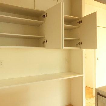キッチン横の棚。お皿もちゃんとしまえます。