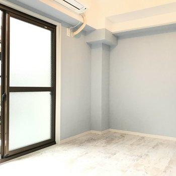 こちらは洋室。バルコニーにも出られます♪