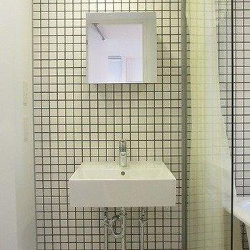 独立洗面台のフォルムが可愛らしい※写真は別部屋です