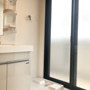 洗濯機置場の横の窓からベランダに出れますよ!