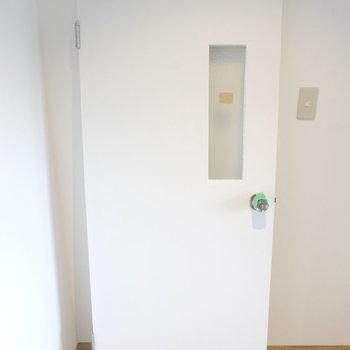 この扉がサニタリー部分に付くはずです!※写真は工事中のものです