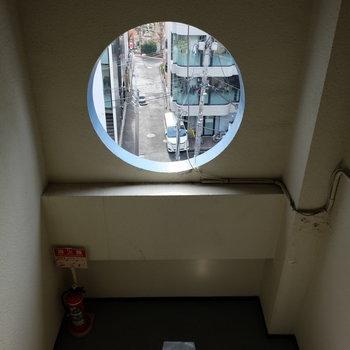 5階の階段。渋い雰囲気。