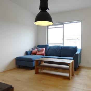 バーチの無垢床が優しい。※家具はイメージ