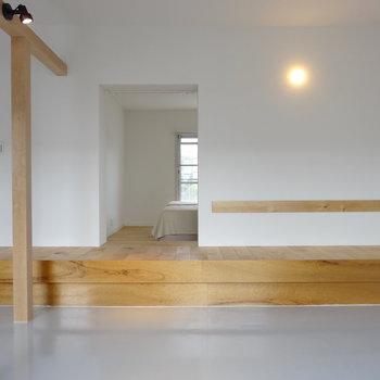 ベンチは寝室の床につながっています※家具はイメージ