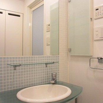 涼しげなブルーのタイルがかわいらしい独立洗面台。※写真は前回募集時のものです