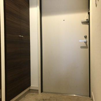 玄関には大きなシューズボックスもついています。(※写真は5階の同間取りの別部屋のものです)