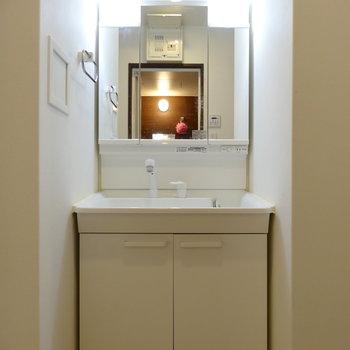 きれい&便利な独立洗面台。(※写真は清掃前のものです)