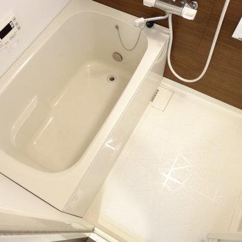 お風呂は追い炊きできちゃいます。(※写真は清掃前のものです)