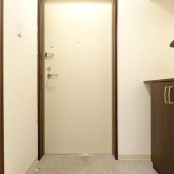 玄関はゆったり、収納が大きいのがいいね!(※写真は清掃前のものです)