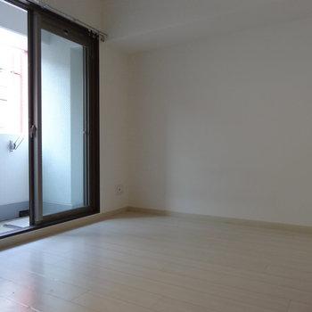 洋室はダブルベッドも置けるサイズ。(※写真は清掃前のものです)