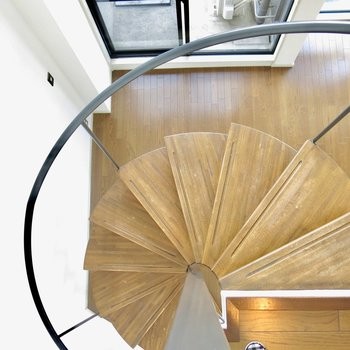 輪る室内階段