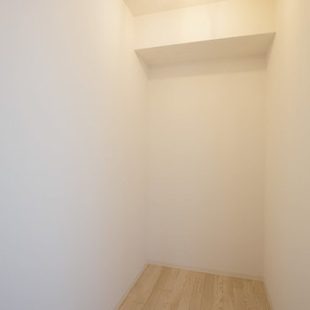 納戸には掃除用具や季節ものの家電を置いたり