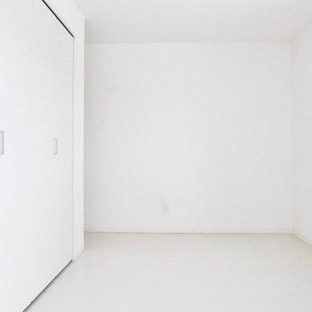 奥の洋室だって真っ白※写真は前回募集時のものです